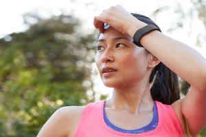 til kvinden der løber skal du give fitbit charge løbearmbåndet