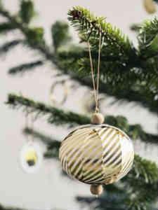 Gold Stripe guldkuglen er det smukke julepynt til træet