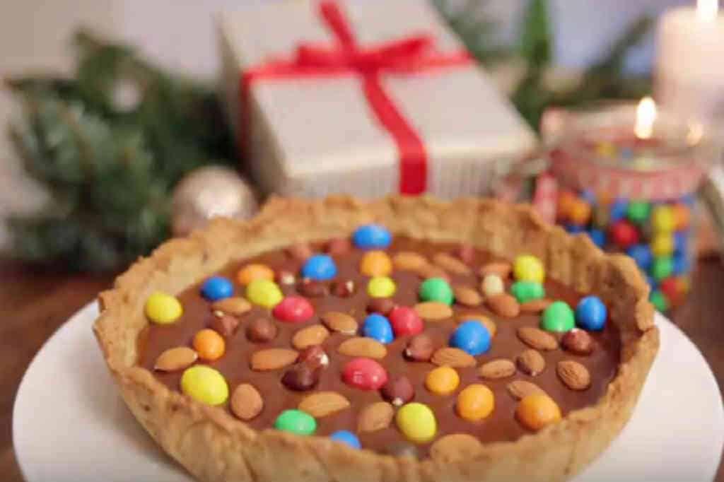Lav en karameltærte med M&Ms