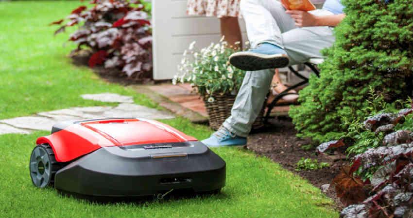 Køb en robot som den praktiske gaveide til ældre personer
